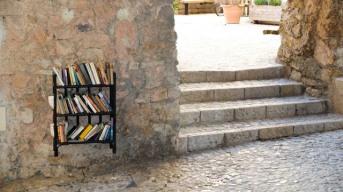 Udda placerad bokhylla
