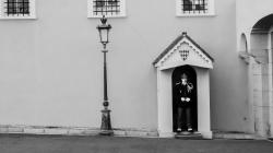 Vakt utanför furstepalatset i Monaco