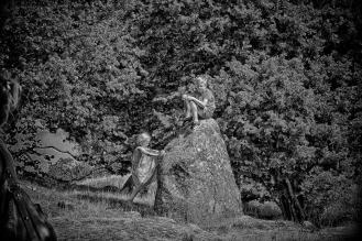 Lyssnande barn - gammal sten