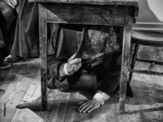 En del män kan fortfarande gott gömma sig under bordet.
