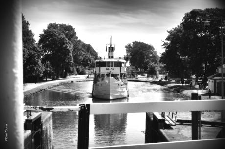 Kanalbåten bakom oss